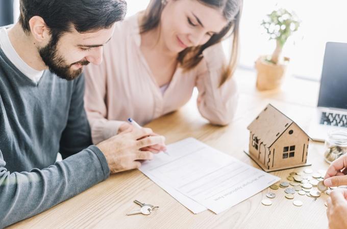 pareja-firmando-hipoteca-casa-nueva